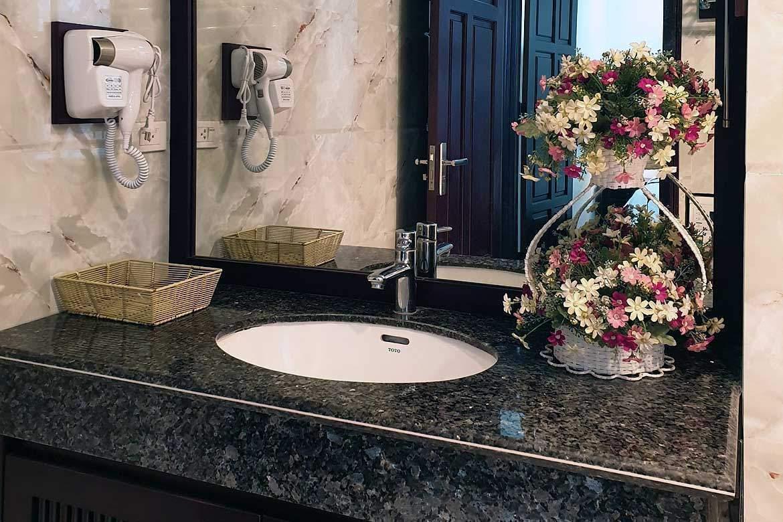 Hand-basin-mirror